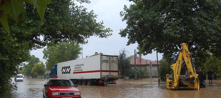 Дъждът намаля, но вода продължава да приижда към Харманли