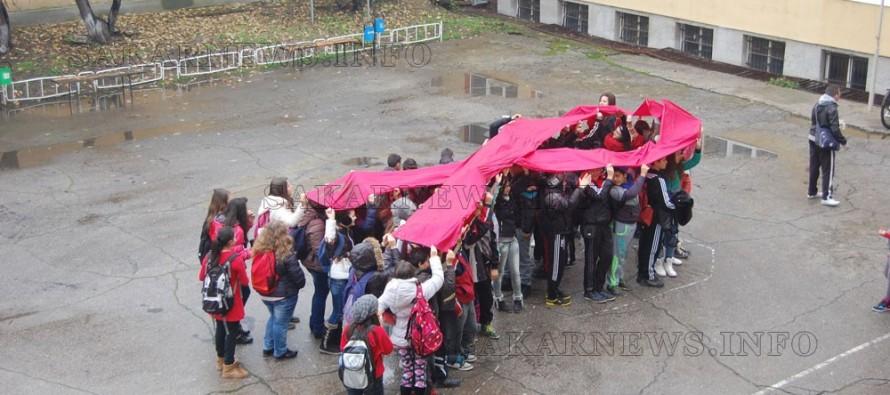 Ученици разгънаха червена лента, символ на борбата със СПИН в Харманли