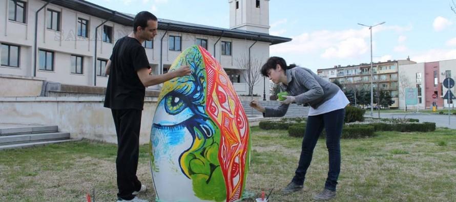 Голямо великденско яйце се появи пред ОбА- Свиленград