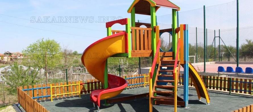 Строят още три детски площадки в селата на Любимец