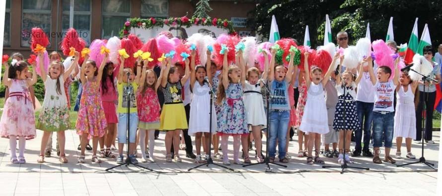 Деца поведоха шествието за 24 май в Любимец