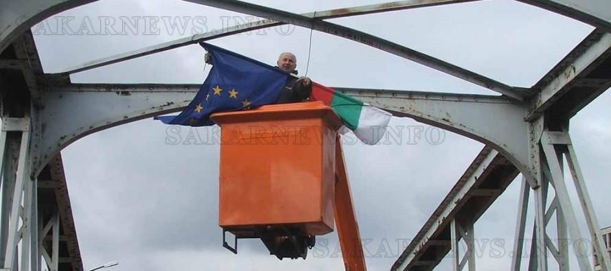 Крадци на знамена едва не се пребиха