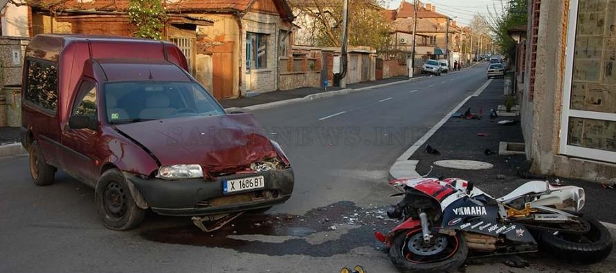 Мотоциклетист на 16 години пострада при сблъсък с пикап