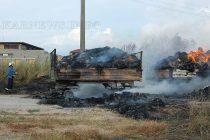 Изгоряха две ремаркета и 240 бали слама