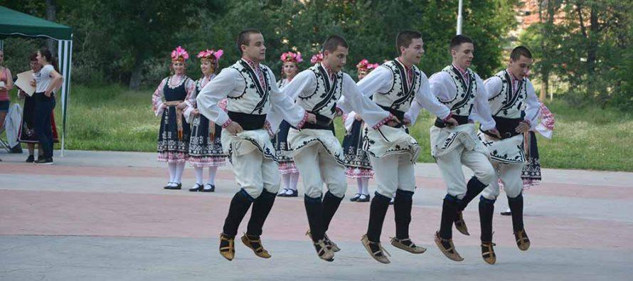 """Голямата награда от """"Песни и танци без граници"""" в Свиленград спечелиха самодейци от Пазарджик"""