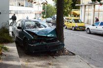 """Шофьор на градус """"паркира"""" в дърво"""