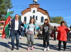 Два дни весели хора играха, пяха и танцуваха в с. Доситеево