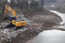Почистват коритото на река Синаповска